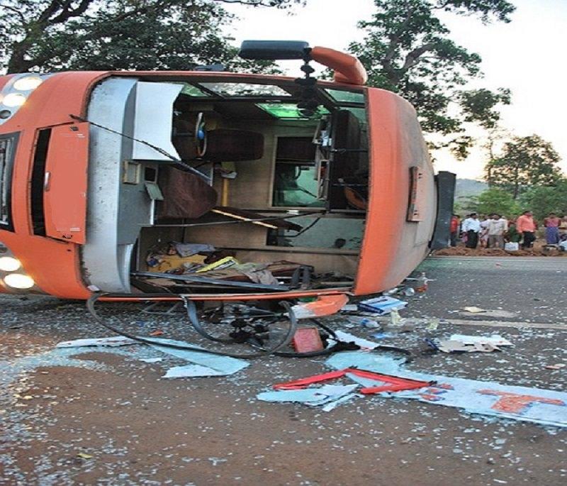Scuolabus si schianta contro un albero: morti sei bambini