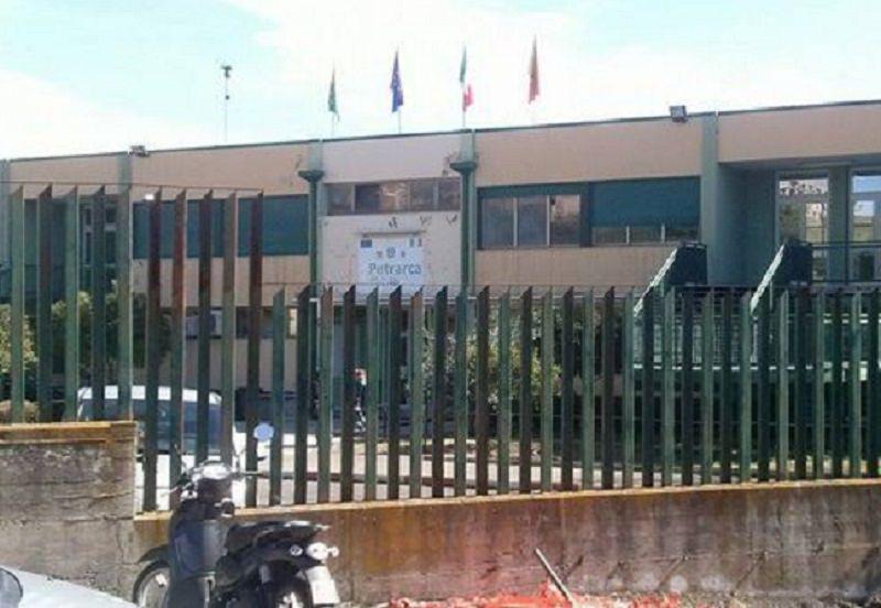 """Traffico in tilt davanti alla scuola """"Petrarca"""": dove sono i vigili?"""
