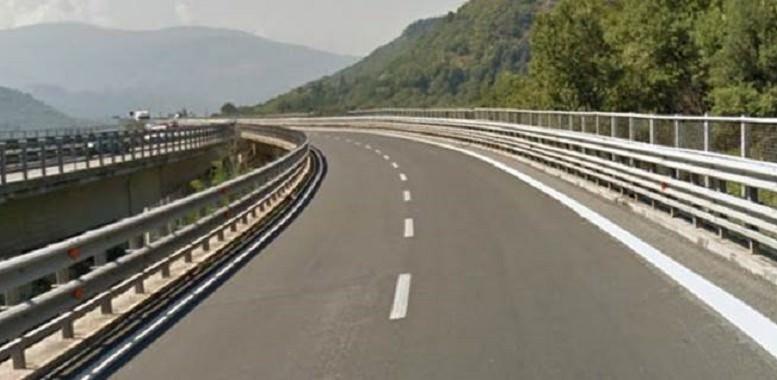 Prima cerca di sfondare il guardrail e poi si butta dal viadotto: muore madre 34enne