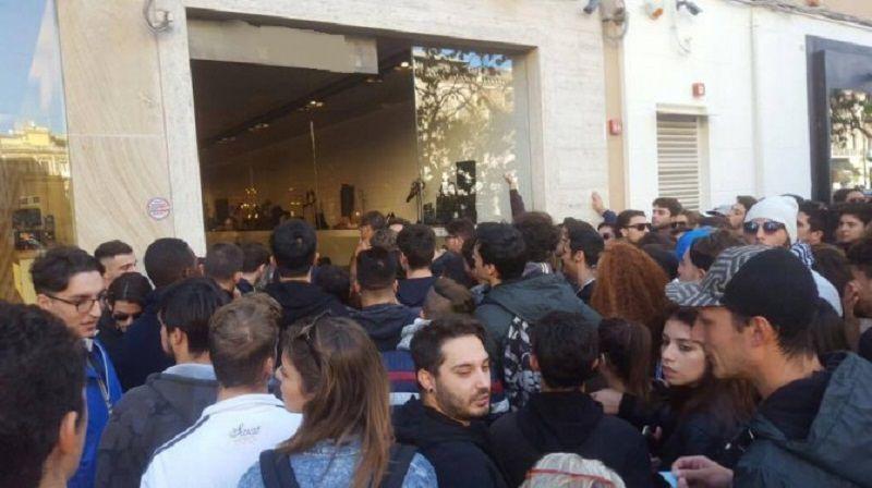 Negozio del Corso Italia preso d'assalto da centinaia di ragazzi: è uscito un nuovo modello di scarpe. IL VIDEO