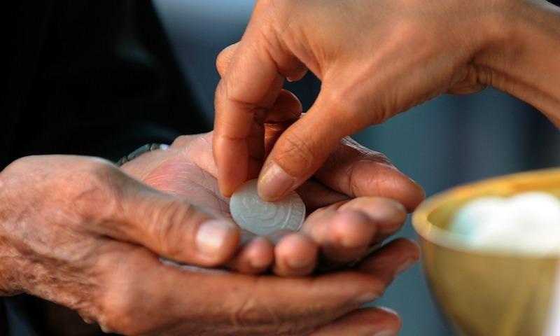 """No all'ostia con i guanti, parroco siciliano si dimette: """"È un atto di macelleria eucaristica"""""""