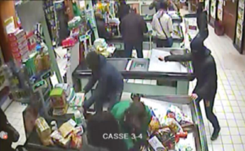 Cercano di rapinare un supermercato senza risultati: finisce a fucilate
