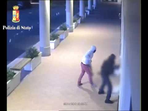 Furto con spaccata: allarme e fumogeni li fanno fuggire, arrestati. VIDEO