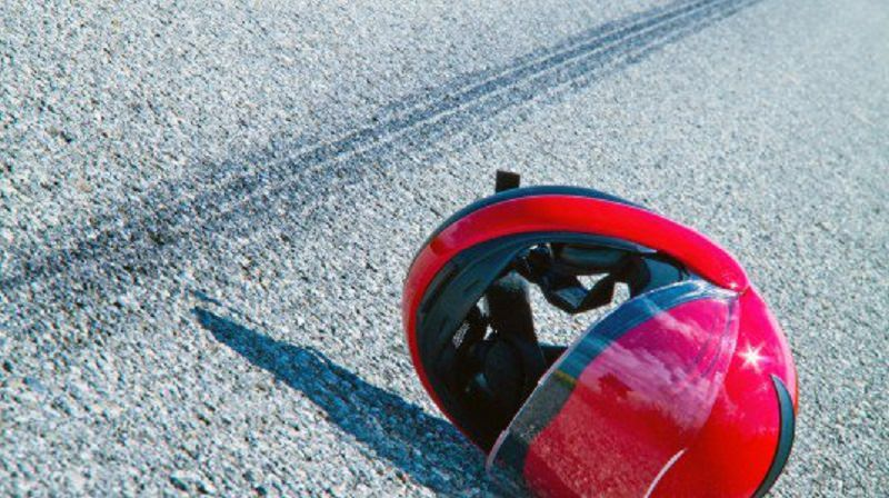 In sella alla vespa assieme a un amico si scontra con una volante della polizia: morto un 30enne