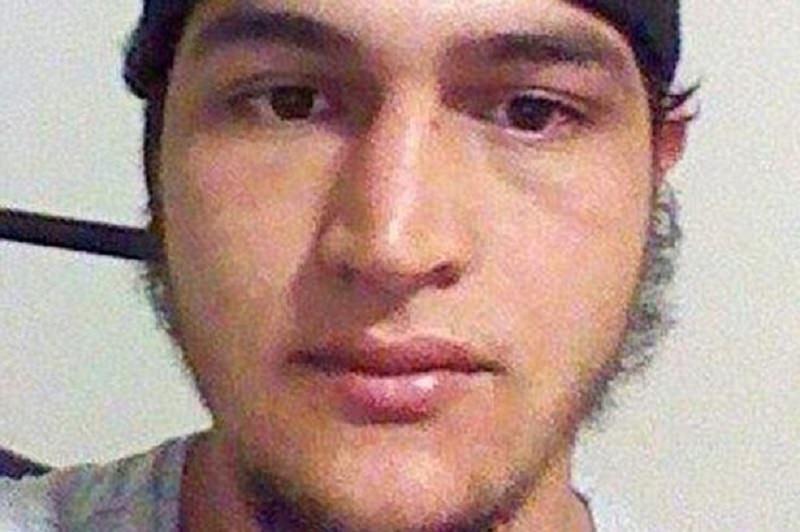 """Caccia al terrorista, 100 mila euro di taglia. Il fratello: """"Deve scontare la pena che gli spetta"""""""