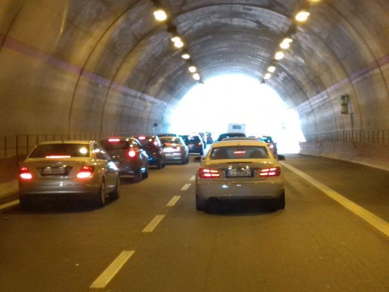 Incidente in galleria, scontro tra Smart e Fiat 500: traffico in tilt e polizia sul posto