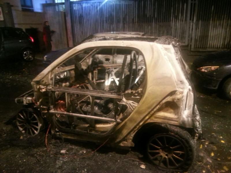 Smart prende fuoco in via Ipogeo coinvolgendo altre due auto: nessun ferito
