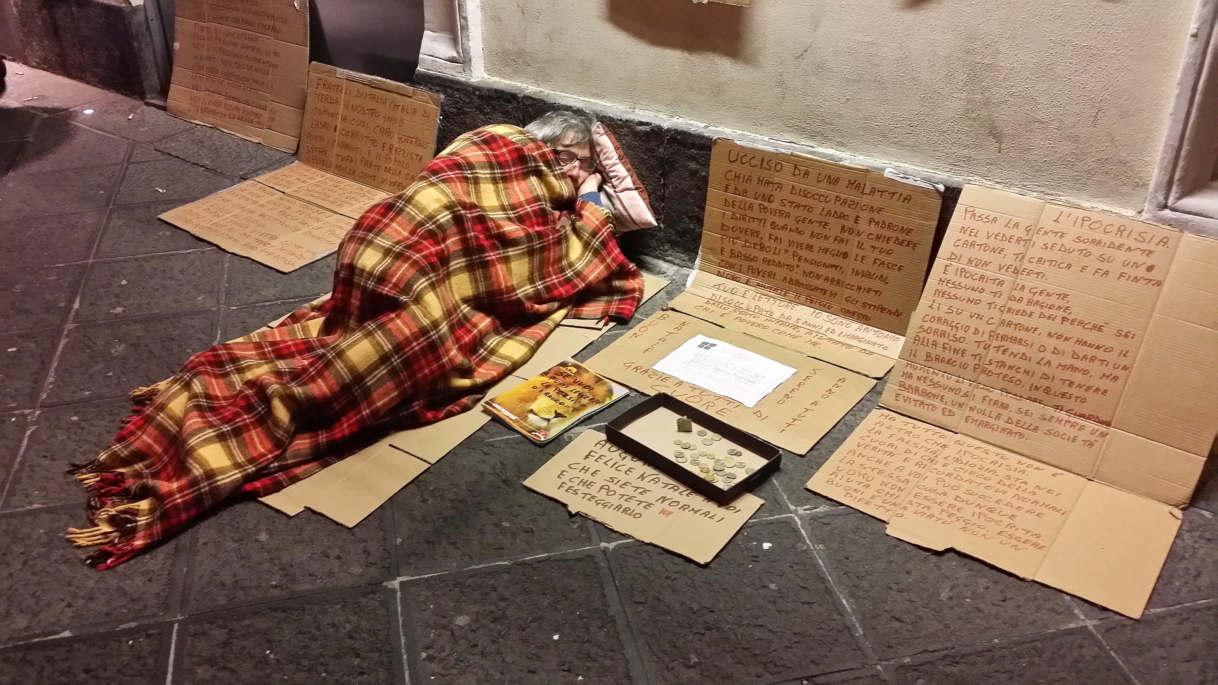 Antonio e il dramma della disoccupazione. Infermiere siciliano dorme fra i passanti della via Etnea di Catania
