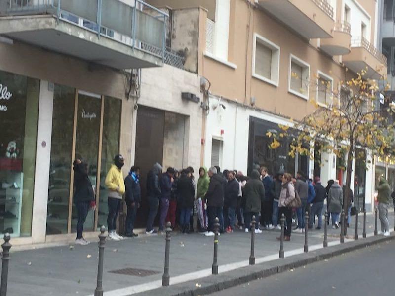 """Neanche il vento e l'allerta meteo fermano """"i consumisti"""": fila al Corso Italia per delle scarpe"""