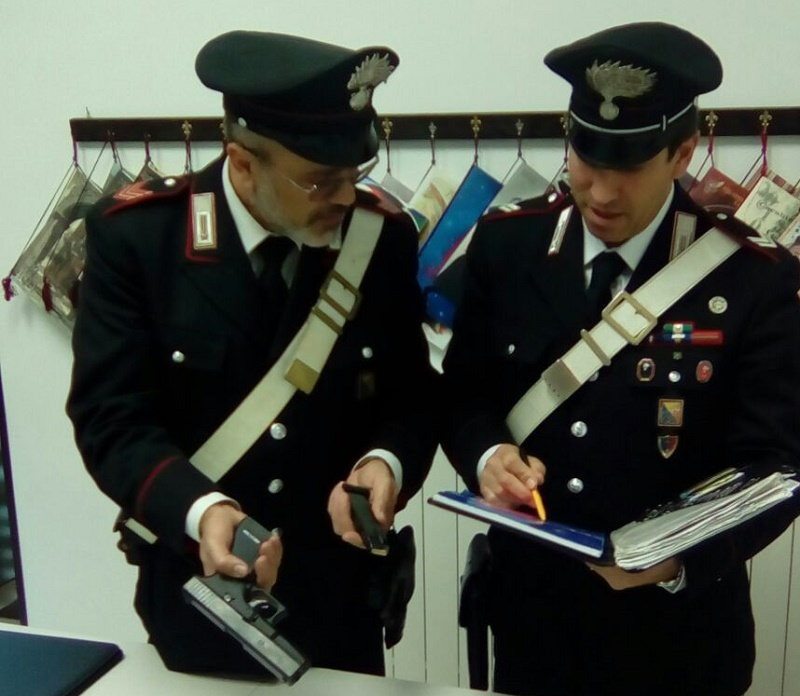 Spara ai carabinieri dalla finestra e getta la pistola in strada: arrestato 39enne