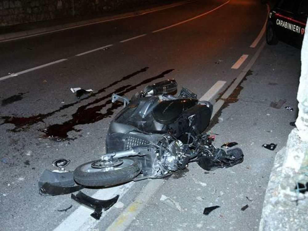 Grave incidente nel Catanese, auto contro scooter con a bordo due minorenni: giovani feriti
