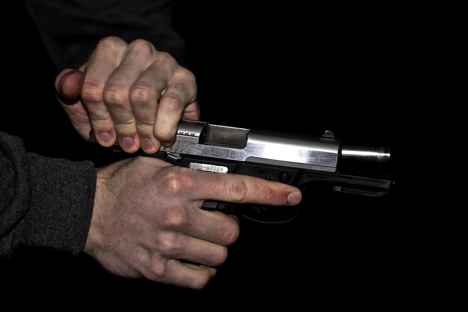 Accecato dalla gelosia spara contro la finestra del rivale: arrestato 35enne