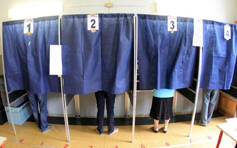 """Beccato a causa di un """"click"""" rumoroso mentre fotografa la scheda elettorale: denunciato"""