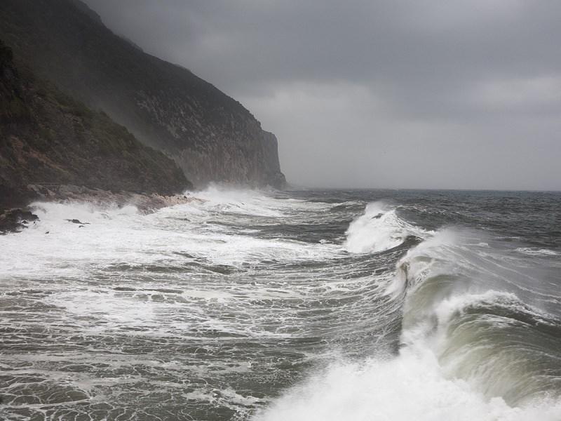 Eolie isolate: forte vento e mare mosso, sospesi motonavi e traghetti