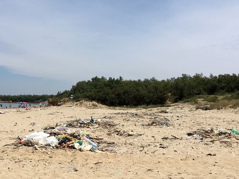 Ritrovamento choc in spiaggia a Messina: busta di plastica con armi e munizioni
