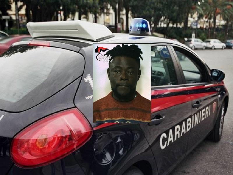 Lo ferisce con una bottiglia di vetro e tenta di accoltellarlo allo stomaco: nigeriano arrestato