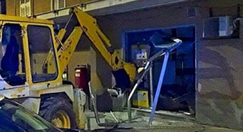 In azione con l'escavatore: dopo la banca, scassinata anche la posta