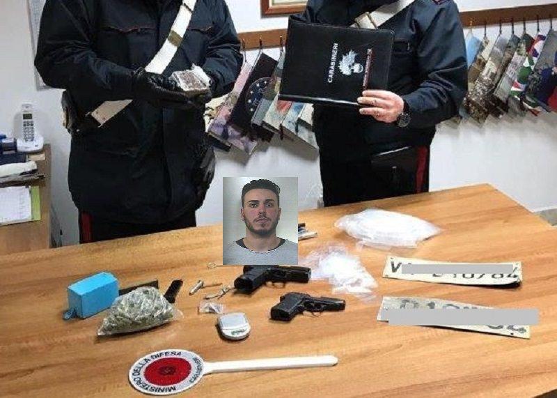 Garage tra armi giocattolo e droga: oltre 1 kg di hashish, finisce in manette
