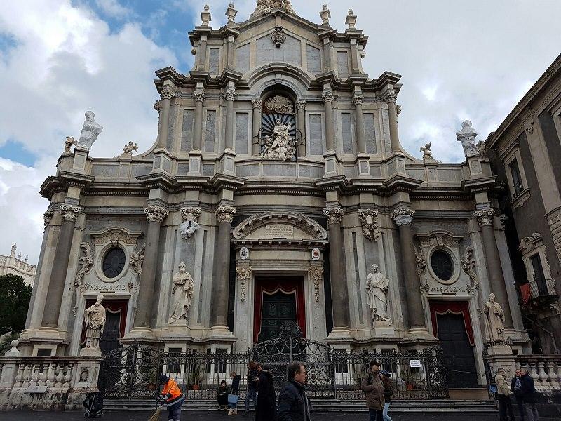 """Metal detector e controlli all'ingresso della Cattedrale, cittadini indignati: """"Siamo devoti, non terroristi!"""""""