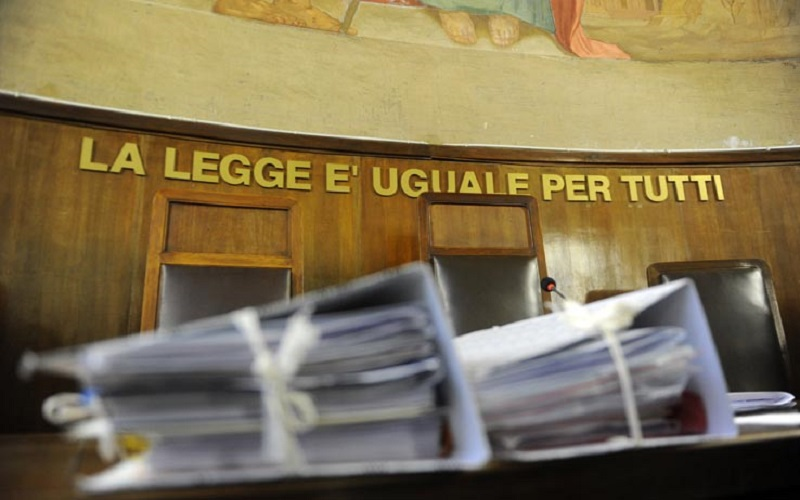 """Sessantenne """"incapace"""" chiede aiuto e lui gli estorce 10 mila euro: denunciato"""
