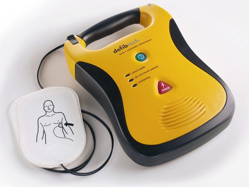 Defibrillatori, arriva la legge: obbligo per le società sportive e immunità per chi li utilizza