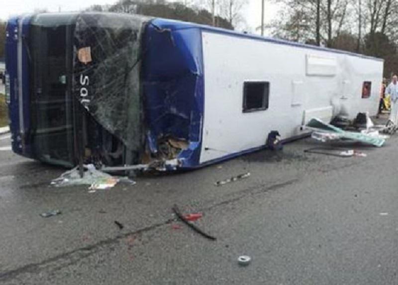 """""""Inferno"""" sulla SS 119, maxi incidente tra pullman e auto: oltre 15 persone coinvolte, un morto e diversi feriti"""