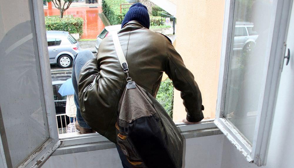 Spalanca la porta per far circolare un po' d'aria, i ladri entrano e portano via 35mila euro