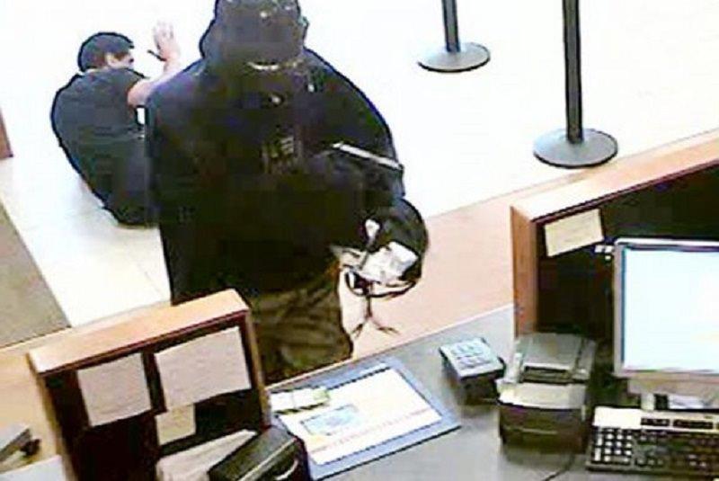 Rapina in banca nel Palermitano, rapinatori in fuga con 5.000 euro in tasca