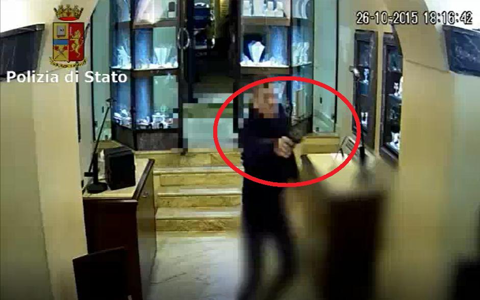 Si finge un cliente della gioielleria per far entrare in azione il complice. IL VIDEO che incastra la banda