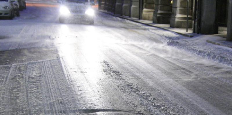 Bloccata in strada a causa del ghiaccio, un poliziotto-eroe la soccorre e la mette in salvo