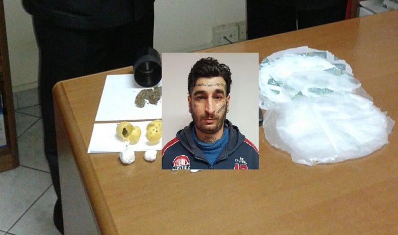 Butta droga nel wc, carabinieri la recuperano nelle fogne: arrestato 37enne