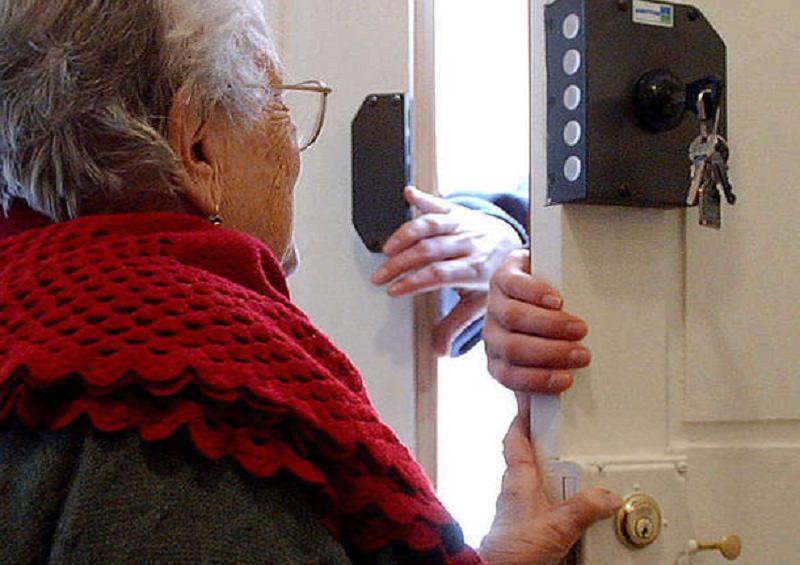 """""""Salve, siamo medici dell'Inps, ci faccia entrare"""". Si intrufolavano in casa di anziani per derubarli di denaro e gioielli"""