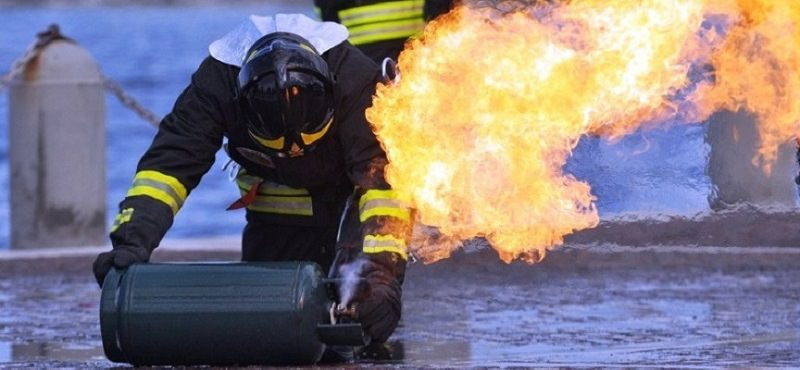 Incendio in un'abitazione del Catanese: un ferito, palazzina evacuata