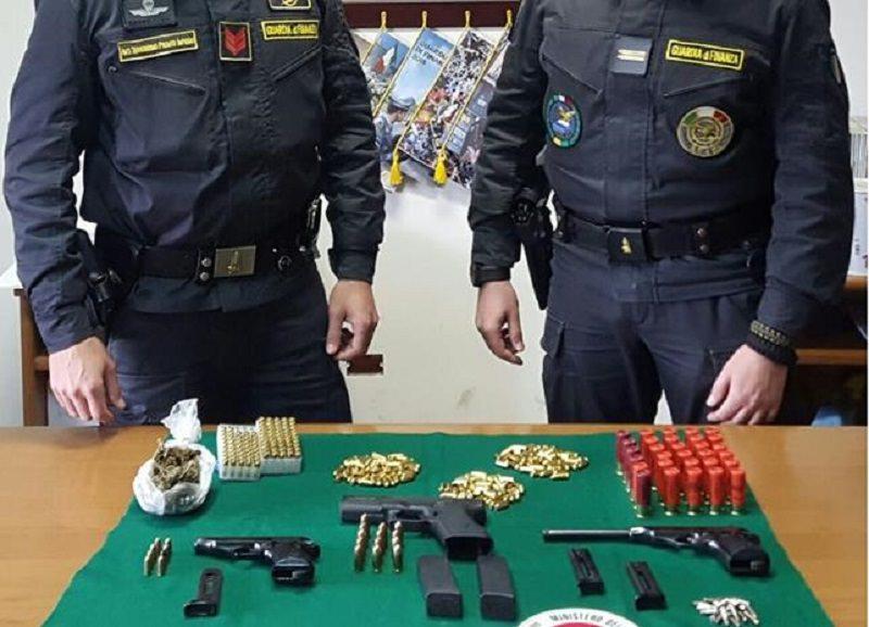 Pistole e munizioni nascoste in una borsa frigo nel sottotetto: arrestato 27enne
