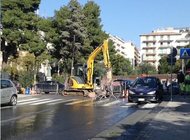 Operai forano per errore una tubatura dell'acqua, strada allagata e traffico in tilt nell'ora di punta