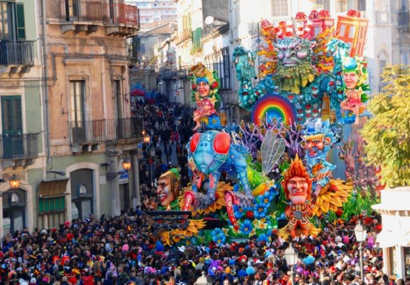 """Oggi martedì """"grasso"""", giornata clou di Carnevale: tra maschere tipiche, sfilate e cibi prelibati"""