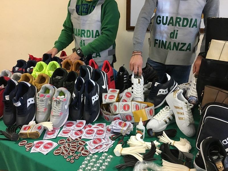 Nascondevano oltre 1.500 scarpe Adidas e Saucony e altri prodotti contraffatti, scatta il sequestro