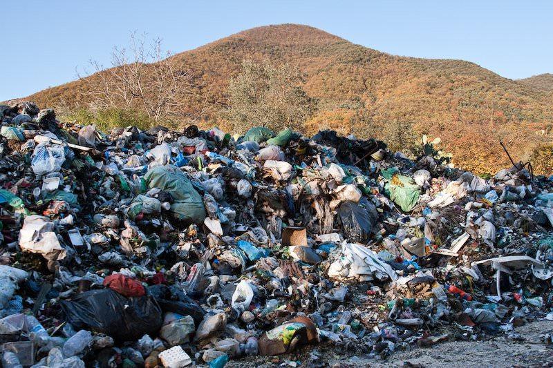 Auto rubate vendute a pezzi e rifiuti pericolosi: sequestrata discarica abusiva