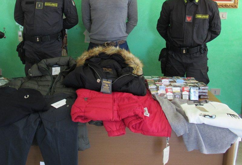 Marchi contraffatti e oltre un chilo di sigarette vendute senza autorizzazione: scatta la denuncia