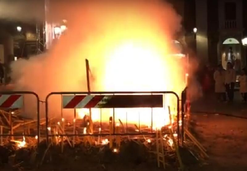 Ancora fiamme alte in piazza Stesicoro: paura tra i devoti. IL VIDEO