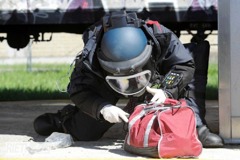 Allarme bomba in via Libertà, zona isolata e artificieri in azione: ordigno sospetto in strada