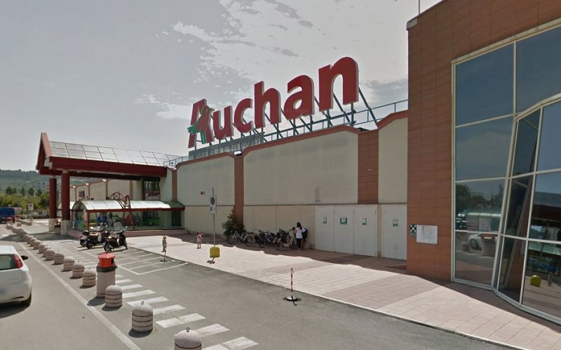 Chiude l'Auchan, 180 dipendenti in lacrime dopo 30 anni di lavoro: i clienti li salutano tra gli applausi