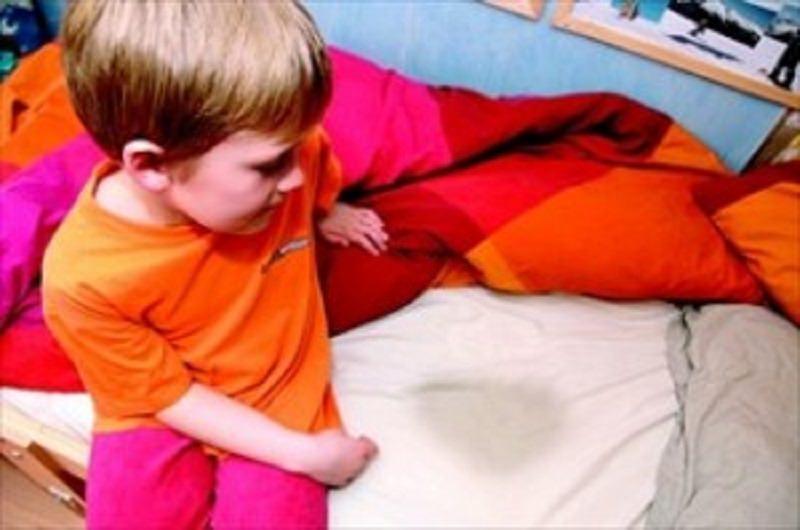 """Fa la pipì a letto: genitori lo """"puniscono"""" picchiandolo. Muore a 5 anni…"""