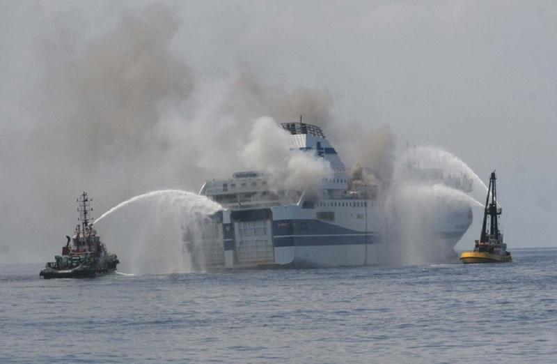 Incendio traghetto al porto di Palermo: tutti salvi, solo tanto spavento e puzza di gasolio