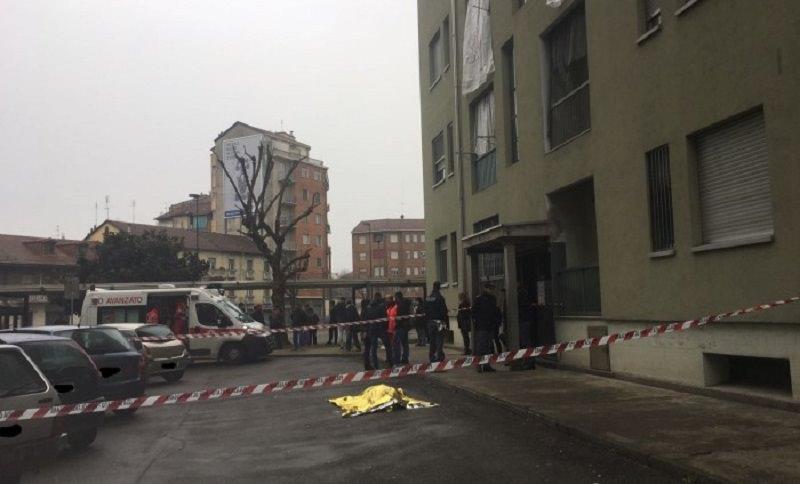 Accoltella il figlio di 7 anni e si lancia dal balcone: sotto choc il marito
