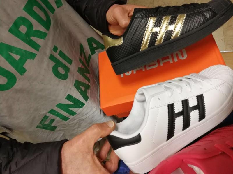 Sembrano dell'Adidas, ma sono contraffatte: sequestro di 5 mila scarpe a Misterbianco