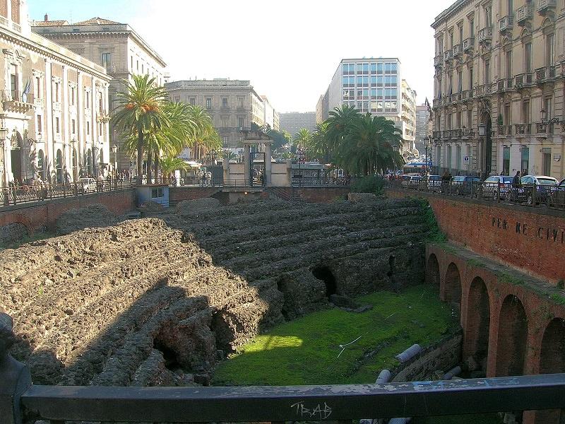 L'Anfiteatro e i sacchi d'erba: non ci sono fondi per la manutenzione