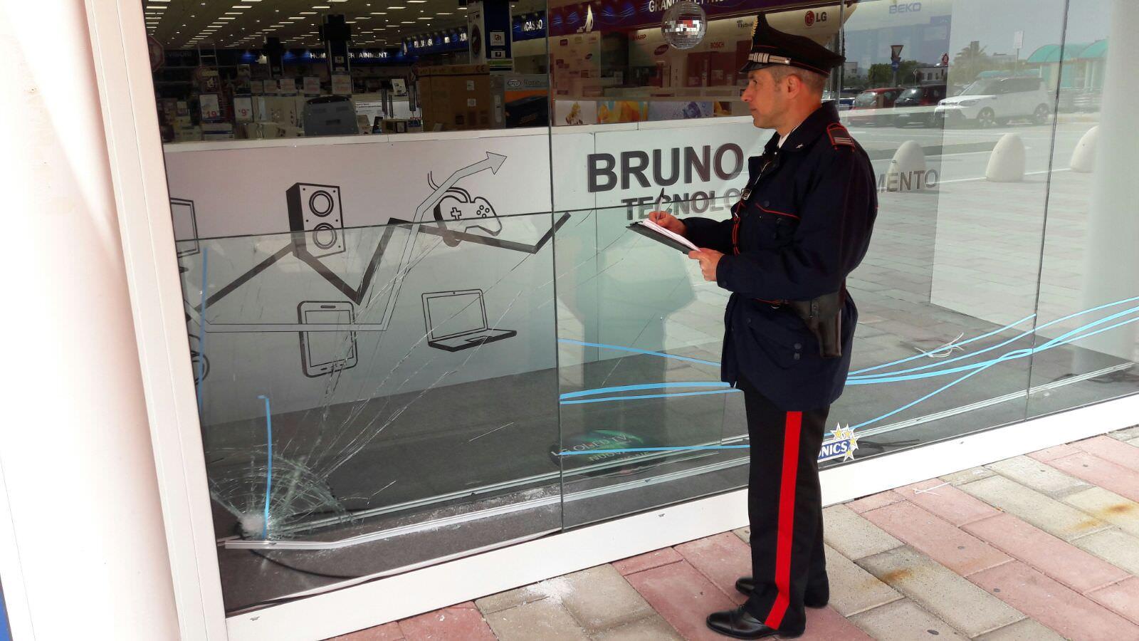Sfondano vetrina e rubano telefoni all'Auchan di Melilli