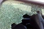 Rompono il finestrino dell'auto di un dipendente comunale per rubare il portafogli e defecano dentro