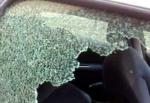 Caos nel parcheggio del supermercato: ubriaco sbaglia auto e rompe il vetro del finestrino con un pugno